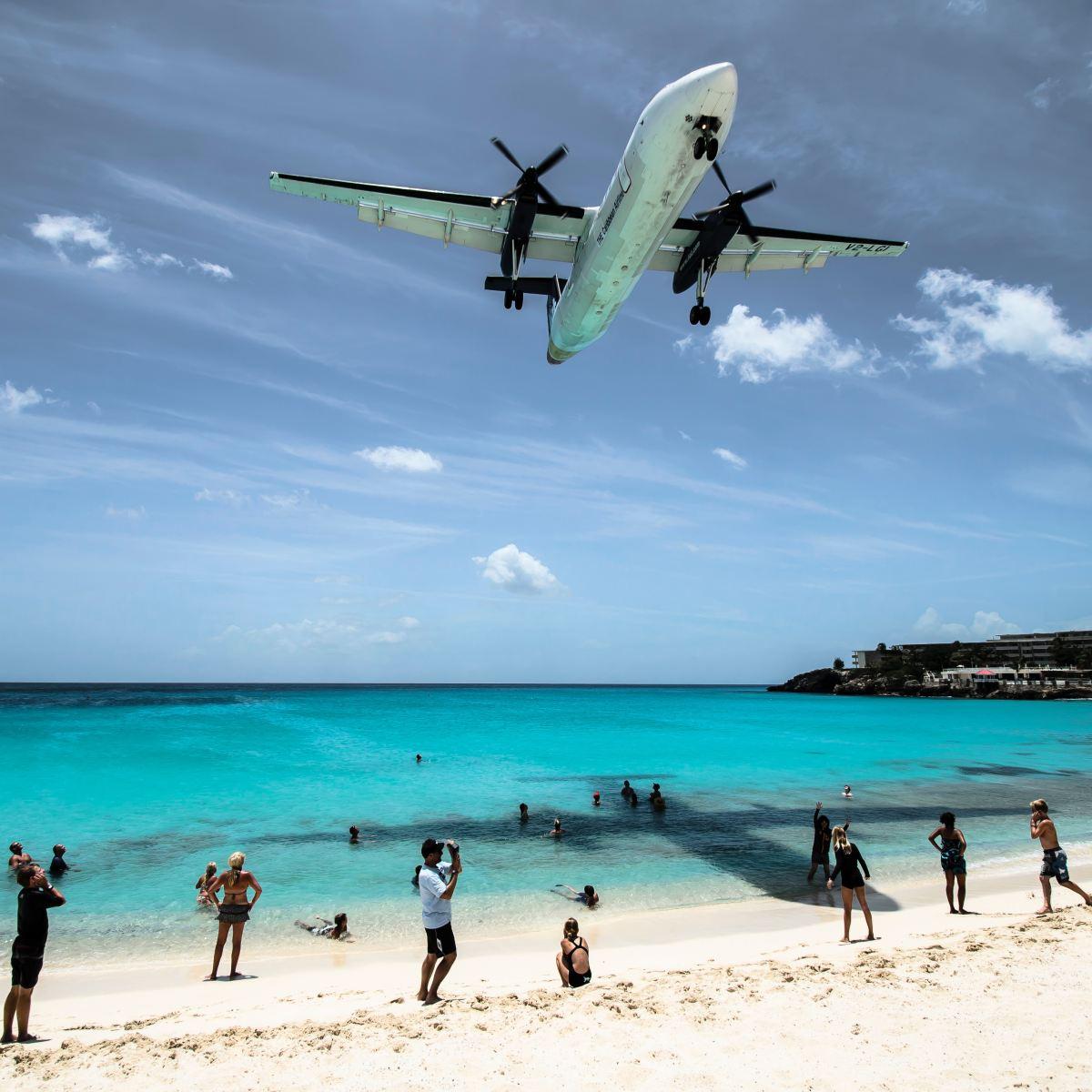 Avión aterrizando en la playa. Singularia.Foto de Ramon Kagie en Unsplash